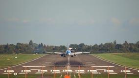 Het land van het passagiersvliegtuig bij de luchthaven van Hanover stock video