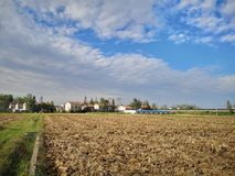 Het landbouwbedrijf die diep worden geploegd royalty-vrije stock foto