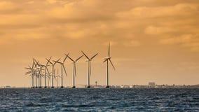 Het landbouwbedrijf van de de machtsgenerator van windturbines langs kustoverzees Stock Foto