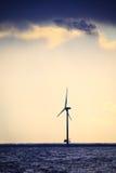 Het landbouwbedrijf van de de machtsgenerator van windturbines langs kustoverzees Stock Afbeelding