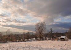 Het Landbouwbedrijf van de heuveltop, in Sneeuw wordt behandeld die royalty-vrije stock foto's