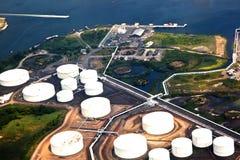 Het landbouwbedrijf van de olie met rivier royalty-vrije stock foto's