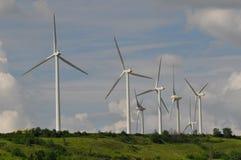 Het landbouwbedrijf van de wind op de heuvel stock fotografie