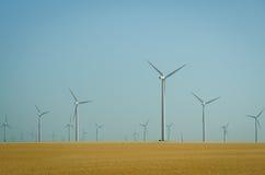 Het landbouwbedrijf van de windmolen in de prairies stock foto