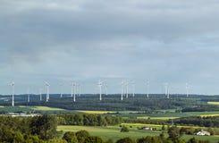 Het landbouwbedrijf van de windturbine in vallei in vernieuwbaar Duitsland -, duurzaam stock afbeelding