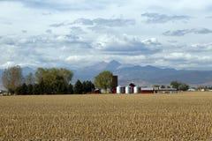 Het Landbouwbedrijf van het land langs de bergketen Royalty-vrije Stock Foto's