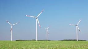 Het landbouwbedrijf van windturbines, de energieachtergrond van de ecotechnologie stock footage
