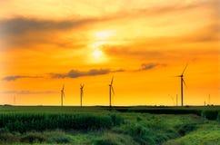 Het landbouwbedrijfzonsondergang van de windmolen Stock Foto