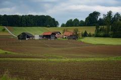 Het landelijke alpiene landschap met Sloveens dorp in vallei tapte dichtbij meer bij de lente zonnige dag af slovenië Stock Foto