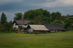 Het landelijke alpiene landschap met Sloveens dorp in vallei tapte dichtbij meer bij de lente zonnige dag af slovenië Royalty-vrije Stock Afbeeldingen