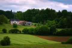 Het landelijke alpiene landschap met Sloveens dorp in vallei tapte dichtbij meer bij de lente zonnige dag af slovenië Stock Fotografie