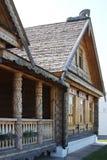 het landelijke huis is in Russische stijl Stock Afbeeldingen