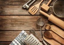 Het landelijke keukengerei op wijnoogst planked houten lijst Stock Fotografie