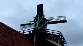 Het landelijke landschap van de windmolen stock videobeelden