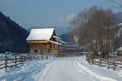 Het landelijke landschap van de winter in Karpatische bergen royalty-vrije stock afbeelding