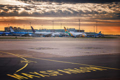 Het landen licht Richtingtekennoteringen op het tarmac van baan bij een commerciële luchthaven Stock Afbeelding