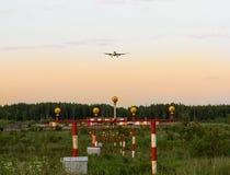 Het landen lichten en het vliegtuig Royalty-vrije Stock Afbeeldingen