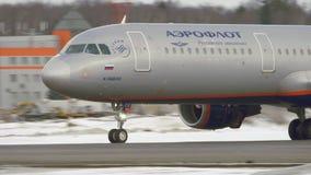 Het landen van de Luchtbus A321 van Aeroflot De wintermening in Moskou, Rusland stock videobeelden