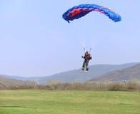 Het landen van de parachutist Royalty-vrije Stock Foto's