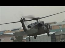 Het landen van een UH60 Blackhawk in Afghanistan stock footage