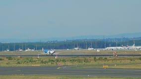 Het landen van Embraer erj-145EP stock videobeelden