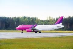 Het landen van of het opstijgen van passagiersvliegtuig Stock Foto