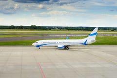 Het landen van of het opstijgen van passagiersvliegtuig Stock Fotografie