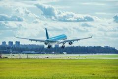 Het landen van het passagiersvliegtuig Stock Afbeeldingen