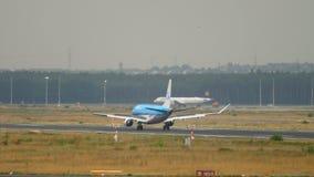 Het landen van KLM Cityhopper Embraer 175STD stock footage