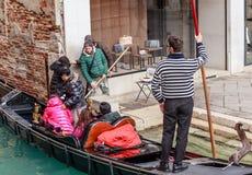 Het landen van toeristen van de gondel Italië Venetië stock afbeeldingen