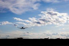 Het landen van vliegtuigen Stock Foto