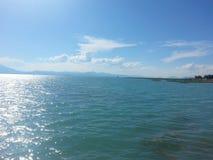 Het landschap betrekt timelampse zon en meerhemel royalty-vrije stock afbeelding