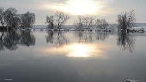 Het landschap Brandenburg, Duitsland van de Havelrivier in de wintertijd met sneeuw en ijs Stromend water stock videobeelden