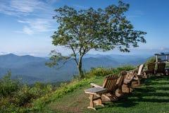 Het landschap die Schommelstoelen op Berg overziet kijken royalty-vrije stock afbeeldingen