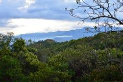 Het landschap door de archeologische plaats van Monte Alban in Oaxaca Stock Afbeelding
