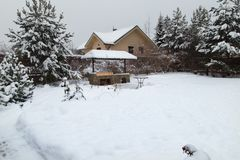 Het landschap met barbecuegebied, snowbanks van witte sneeuw, pijnboombomen in land tuiniert royalty-vrije stock foto's