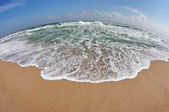 Het landschap met golven toont en blauwe hemel Stock Afbeeldingen