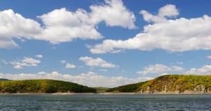 Het landschap onder de blauwe hemel Royalty-vrije Stock Afbeeldingen