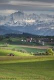 Het landschap van alpen met een dorp voor het Royalty-vrije Stock Afbeelding