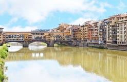 Het landschap van Arno-rivier en Ponte Vecchio overbruggen de stad Italië van Florence of van Florence royalty-vrije stock foto