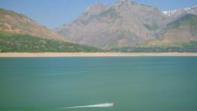 Het landschap van het bergmeer met drijvende straalski stock video