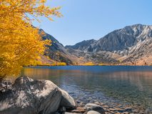 Het landschap van het bergmeer met overweldigende de herfstkleuren en blauw water stock foto