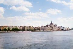 Het landschap van Boedapest en Huis van het Parlement achter de rivier Stock Afbeelding