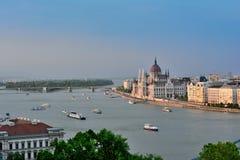 Het landschap van Boedapest tijdens zonsondergang royalty-vrije stock foto's