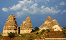 Het landschap van Cappadocia met feeschoorstenen Stock Fotografie