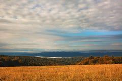 Het landschap van het dalingsseizoen met gebied en bos in de voorgrond Stock Fotografie