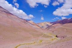 Het landschap van de Andes en de weg die tot Paso DE Agua Negra berg leiden gaan, Gebied DE Coquimbo, Chili aan Argentinië over stock afbeelding