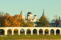 Het landschap van de architectuurherfst - arcade van Yaroslav Courtyard en oude Sinterklaas-kathedraal, Veliky Novgorod, Rusland Royalty-vrije Stock Afbeelding
