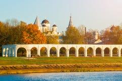 Het landschap van de architectuurherfst - arcade van Yaroslav Courtyard en oude Sinterklaas-kathedraal, Veliky Novgorod, Rusland Royalty-vrije Stock Foto