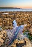 Het landschap van de Atlantische Oceaan bij zonsopgang in Ierland Royalty-vrije Stock Foto's